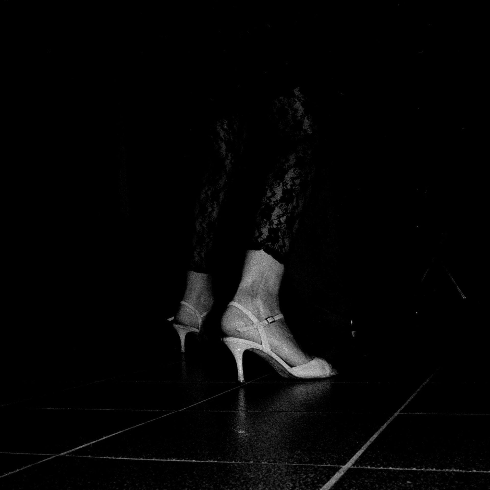 Détail de postures de Tango, photographie argentique en noir et blanc