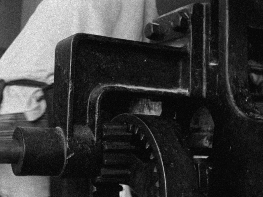 Photogramme tiré du film en 16mm Talco Y Goma, la presse du Centro de Edicion